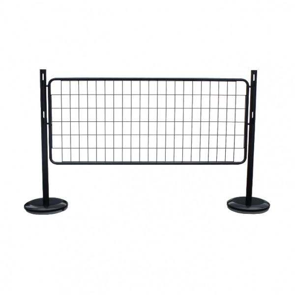 Poteau noir et barrière grille